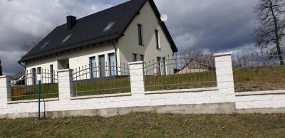 Biały dom z płotem
