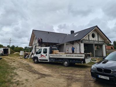 Dom na tle pola