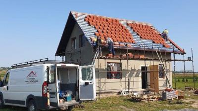 Czerwony dach w budowie